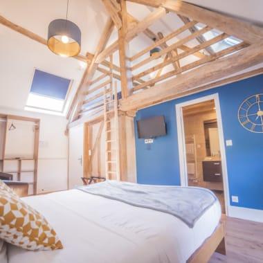 La grande chambre Berrichonne toute de bleu et de bois vêtue aux allures modernes