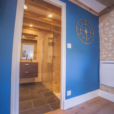 Mur bleu à l'esprit marin dans la moderne chambre Berrichonne