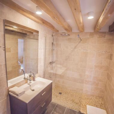 Salle de bain avec grande douche à l'italienne dans la chambre Berrichonne